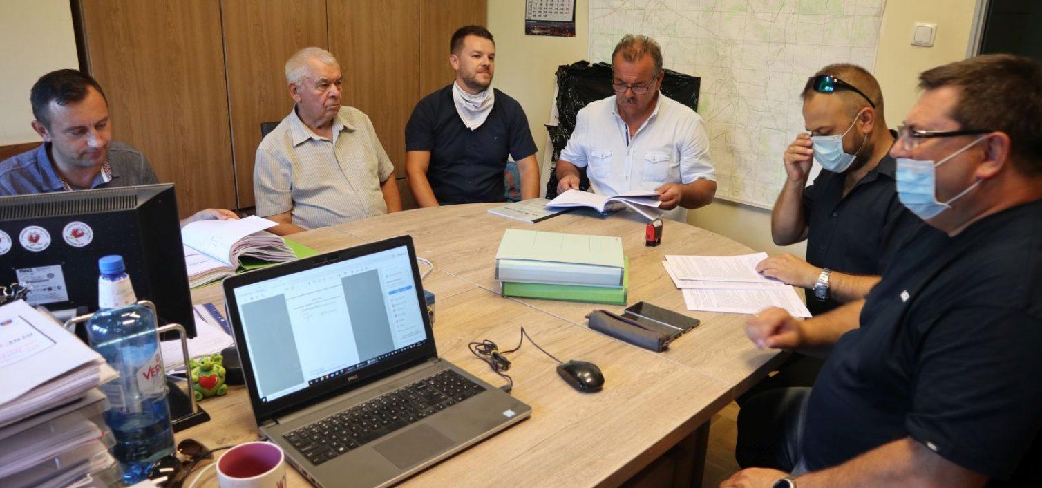 Gmina Skrzyszów. Podpisanie umowy na boisko wielofunkcyjne w Ładnej