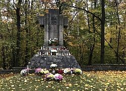 Gmina Tarnów. Miejsca wiary i pamięci w gminie Tarnów w kolorowych chryzantemach