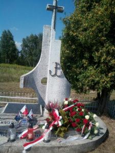 Gmina Wojnicz. UCZCILI PAMIĘĆ O LOTNIKACH ALIANCKICH, KTÓRZY POLEGLI W DĘBINIE ZAKRZOWSKIEJ