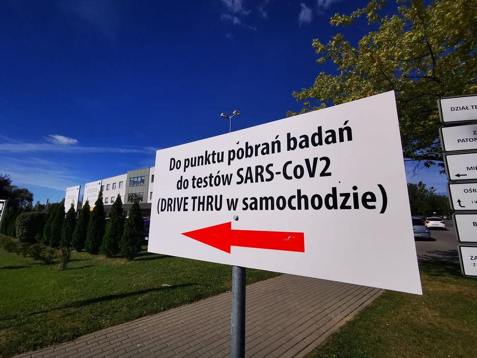 Miasto Tarnów. Szpital Wojewódzki im. św. Łukasza SPZOZ w Tarnowie. Działają mobile punkty pobrań testów na COVID-19.