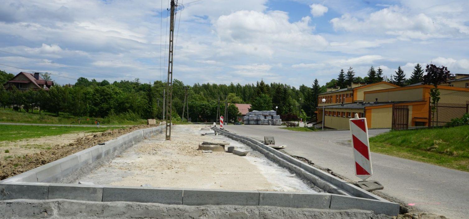 Gmina Skrzyszów. Trwają prace przy zagospodarowaniu przestrzeni publicznej w miejscowości Szynwałd