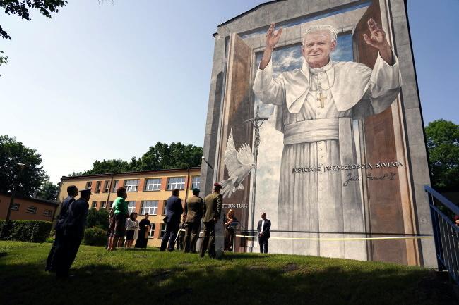 Gmina Wojnicz. Odsłonięcie muralu i zakończenie roku szkolnego