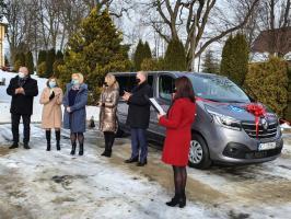 Powiat tarnowski. Dom Pomocy Społecznej w Karwodrzy ma nowoczesny samochód przystosowany do przewozu osób niepełnosprawnych